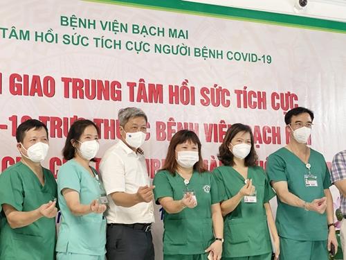 Bệnh viện Bạch Mai bàn giao Trung tâm Hồi sức tích cực người bệnh Covid-19 cho Bệnh viện nhân dân Gia Định