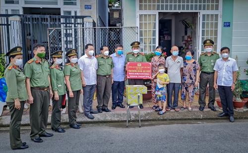 Công an TP Cần Thơ bảo trợ trẻ em mồ côi do dịch Covid-19