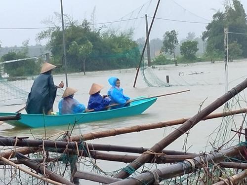 Miền Trung mưa to, nước dâng cao, chia cắt nhiều tuyến đường