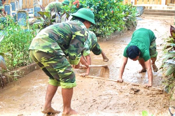 Lệ Thủy Quảng Bình  Nước rút, bộ đội miệt mài dọn bùn rác giúp học sinh sớm trở lại trường