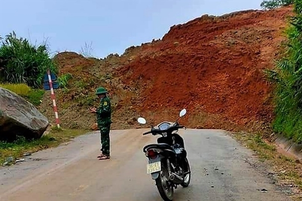 Thanh Hóa Sạt lở đất, tuyến đường 15C lên huyện Mường Lát bị chia cắt