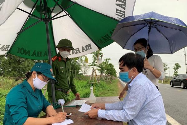 Quân khu 4 Hàng trăm nữ dân quân ngày đêm có mặt trên các điểm nóng chống dịch