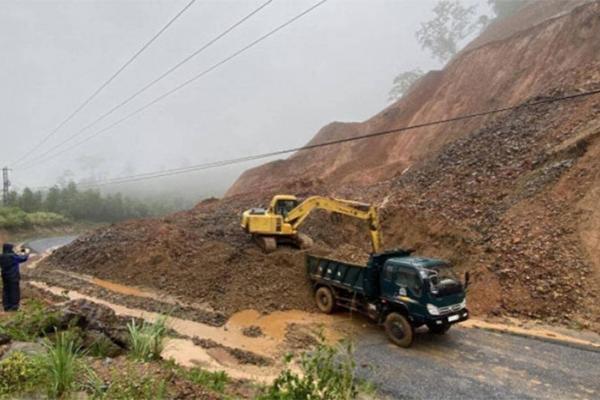 CẬP NHẬT mới nhất các điểm ách tắc giao thông do mưa bão miền Trung