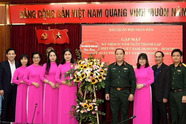 Cuộc gặp mặt ấm áp với những hội viên phụ nữ Báo Quân đội nhân dân