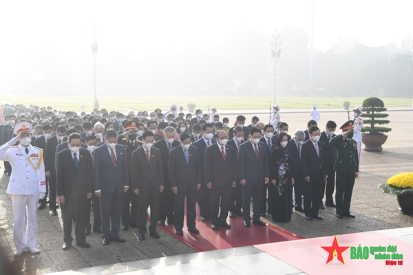 Đại biểu Quốc hội đặt vòng hoa và vào Lăng viếng Chủ tịch Hồ Chí Minh trước giờ khai mạc kỳ họp