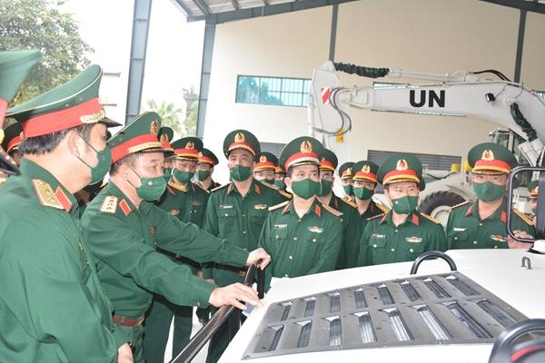 Thượng tướng Hoàng Xuân Chiến kiểm tra Đội Công binh số 1 tham gia hoạt động Gìn giữ hòa bình