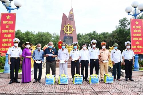 Dâng hương tưởng niệm các anh hùng liệt sĩ Đoàn tàu không số