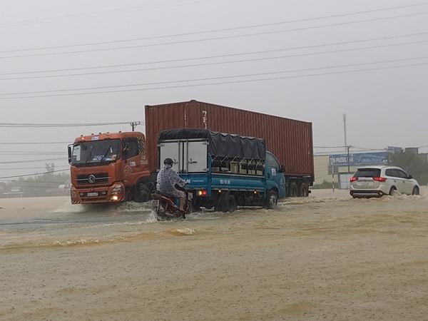 Mưa lớn khiến Quảng Nam, Quảng Ngãi ngập nhiều nơi, đi lại khó khăn