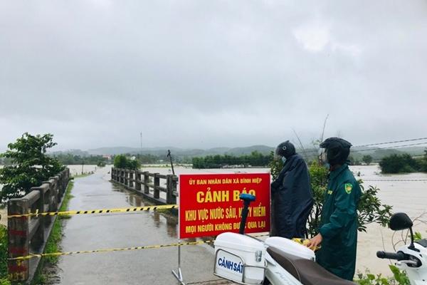 Hơn 200 cán bộ, chiến sĩ Quảng Ngãi giúp dân di dời khỏi vùng ngập, lụt