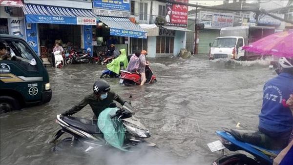 Nhiều tuyến đường tại TP Hồ Chí Minh ngập nặng sau cơn mưa lớn