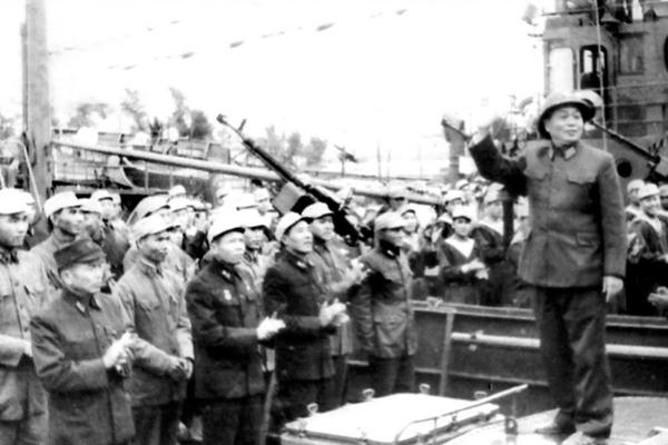 Đại tướng Võ Nguyên Giáp với Đường Hồ Chí Minh trên biển