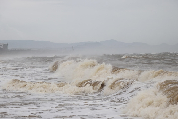 Áp thấp nhiệt đới với gió giật cấp 9 tiếp tục tiến vào đất liền