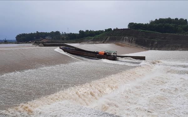 Khẩn trương cứu hộ 7 người đang bị kẹt giữa đập tràn Nam Thạch Hãn, Quảng Trị