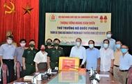 国防部代表团走访慰问越南橙毒剂/二恶英受害者协会