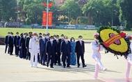 越南党和国家领导人上香缅怀英雄烈士