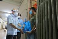 胡志明市为困难群众和防疫一线人员提供援助