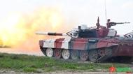 越南人民军坦克参赛队为比赛做好准备