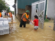 琼琉县武装力量协助人民克服洪灾后果