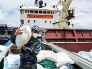 海军官兵为胡志明市运送防疫物资