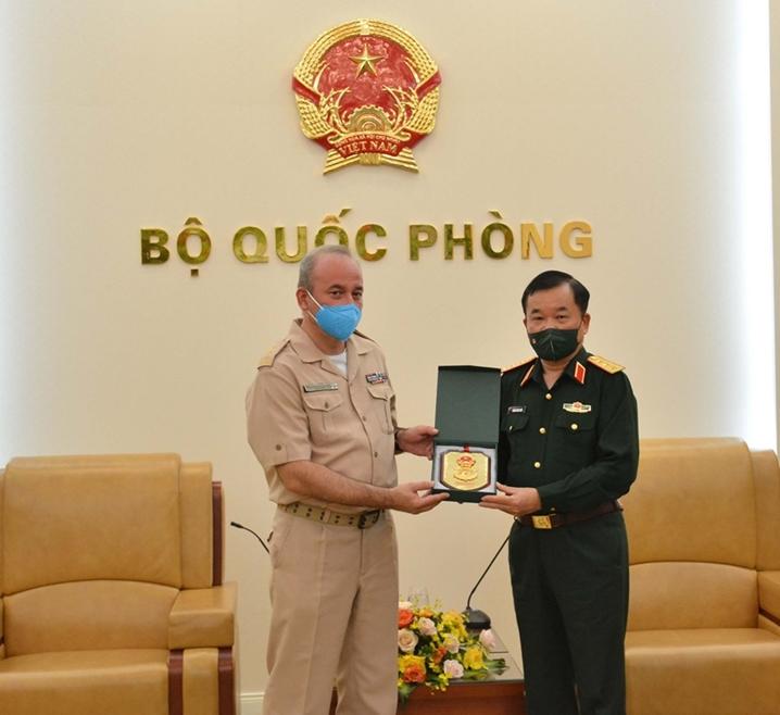 黄春战上将会见乌克兰新任和前任驻越南国防武官