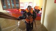 广平省灾情:部队为灾民积极开展抢险救灾工作