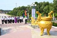 """海军第二区司令部在""""海上胡志明小道""""历史遗址举行敬香仪式"""