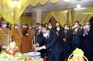 越南国家主席阮春福前来吊唁越南佛教协会法主释普慧长老