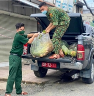 Border guards support pandemic-hit people in HCM City