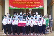 Viettel and Hung Yen armed forces care for needy students
